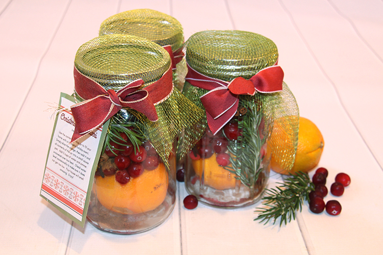 Neighbor gifts - Christmas Potpourri in a jar with printable instructions